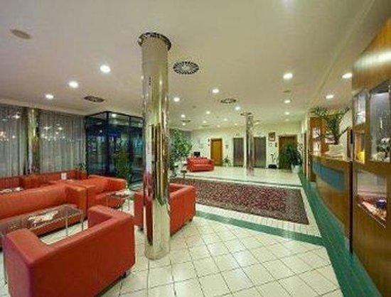 Ramada Airport Hotel Prague: Lobby