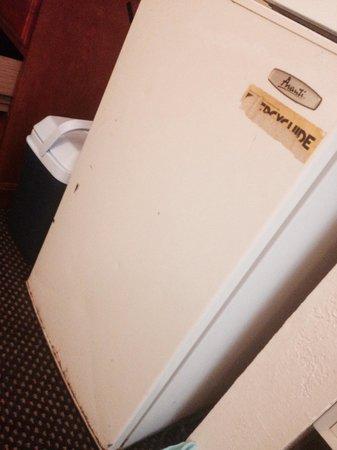 Super 8 Abilene North: Rusty fridge