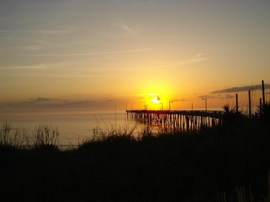 Colonial Inn : Sunrise over the pier!