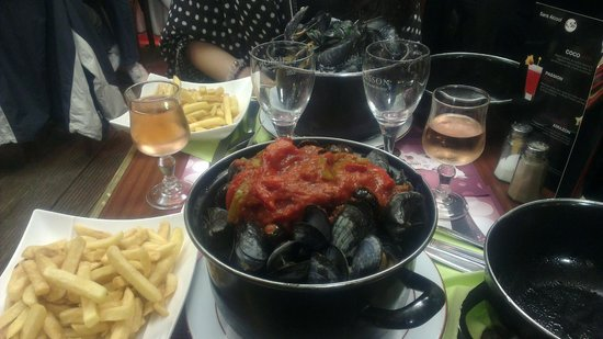 "La Belle Epoque pastati & Patatate: An example of bad ""moules frites"" in Provance sauce, with small stones in pot !"