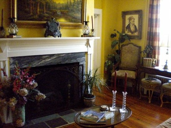 Pineapple Hill Inn Bed & Breakfast : Charming Living Room