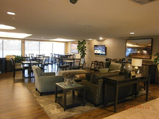 Best Western Plus Bayside Hotel: Sitting area in lobby area for relaxing and breakfast