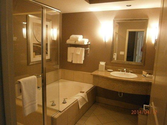 Best Western Plus Bayside Hotel: Our bathroom