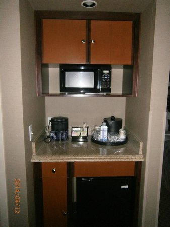 Best Western Plus Bayside Hotel: Microwave and fridge in the room
