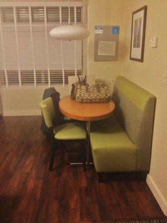 HYATT house Chicago/Naperville/Warrenville: kitchen table
