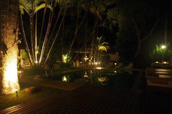 Pousada Picinguaba : Piscina à noite