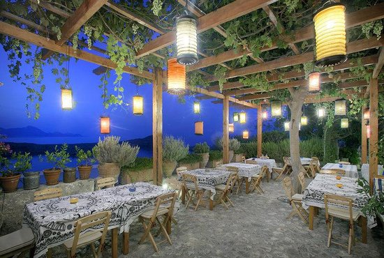 Melenos Lindos Hotel : Garden lounge area