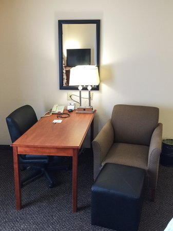 Hampton Inn & Suites Richmond: Cramp Desk & Sitting Area
