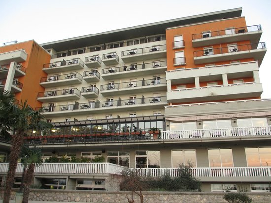 Hotel Opatija: 海側からのホテル