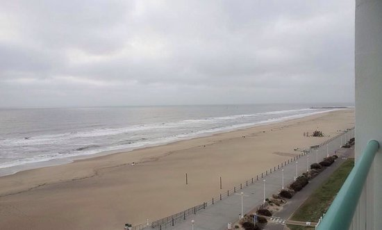 Baymont Inn & Suites Virginia Beach Oceanfront: View of the beach from the 8th floor.