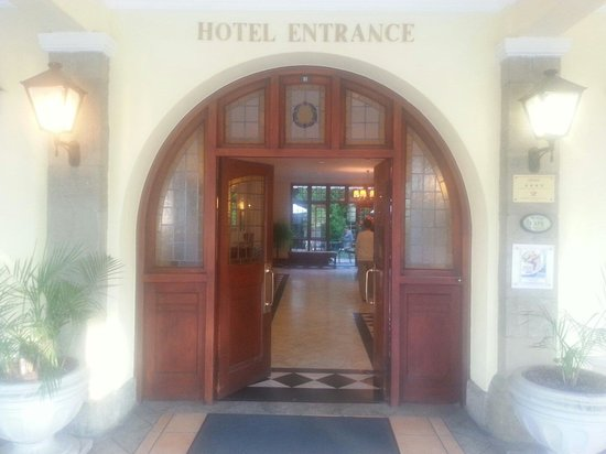 Queens Hotel: Entrance to Queen Hotel
