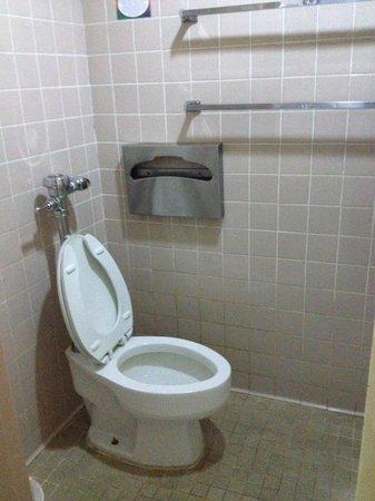 Subic International Hotel: Old bathroom