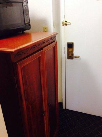 Magnuson Hotel Hattiesburg: Fridge cabinet is in the way of the door.
