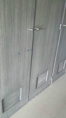 Secrets Silversands Riviera Cancun : Damage to the closet door