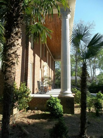 Vampire Stalkers/Mystic Falls Tours-Vampire Diaries/Originals Tours: Side view of The Lockwood Mansion porch