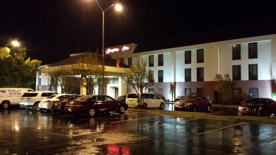Hampton Inn Sanford: Hotel at night