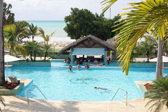Couples Negril : Pool and swim up bar