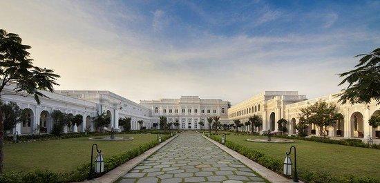 Taj Falaknuma Palace: Exterior Courtyard