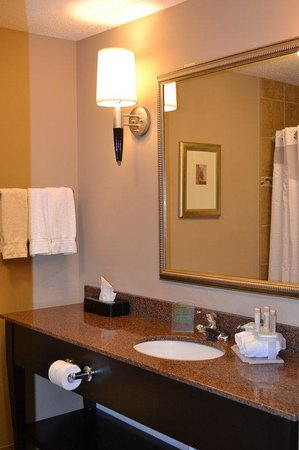 Holiday Inn Express & Suites Northwood: Guest Bath