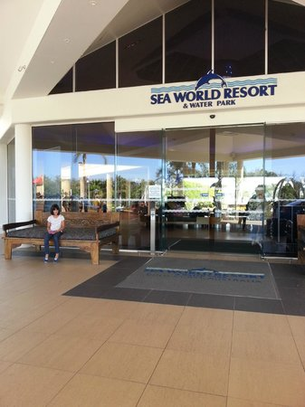 Sea World Resort: Outside the front of the resort