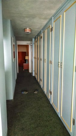 La Jolla Cove Hotel & Suites: Hallway with Storage