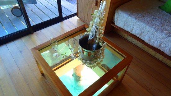 Bora Bora Pearl Beach Resort & Spa: Free wine for us honeymooners!