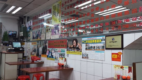 Hotel Royal Macau : Nice cafeteria down the street.