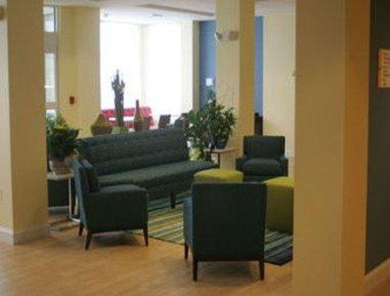 Days Inn & Suites Altoona: Lobby