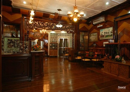 Casa de Dona Upeng : A grand living/dining area where guests can enjoy sumptuous breakfasts