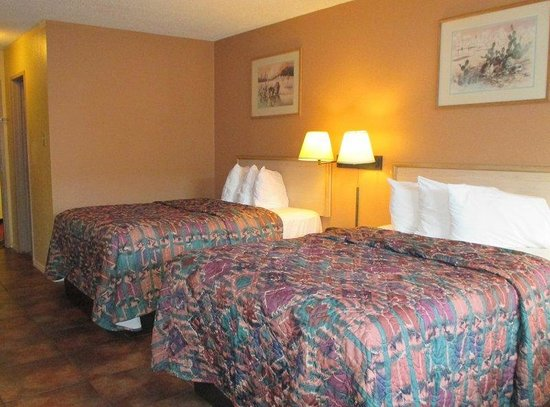Magnuson Hotel Brownsville: Two Beds