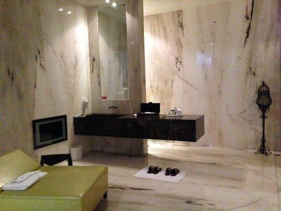 Mulan Motel: spacious bathroom