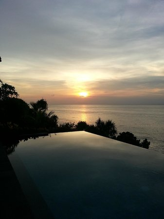 The Point Resort Lembongan: Sunset to left of us.