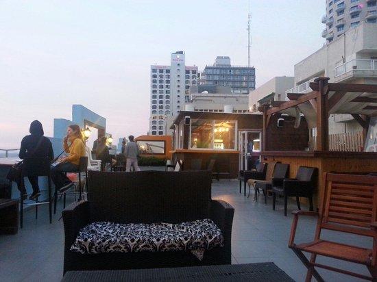 Beachfront Hostel: Terrasse sur le toit de l'hôtel