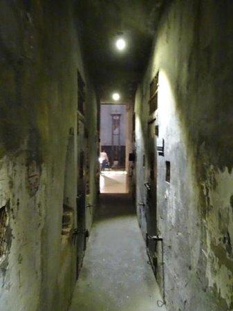 Prisión de Hoa Lo: Inside death row looking towards guillotine