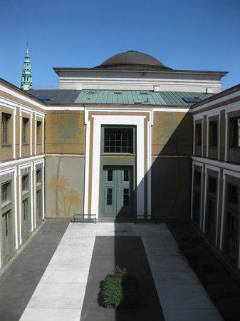 Thorvaldsens Museum: Inder gård og gravplads
