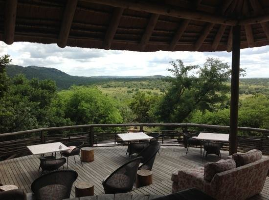 andBeyond Phinda Mountain Lodge: Deck over looking the plains