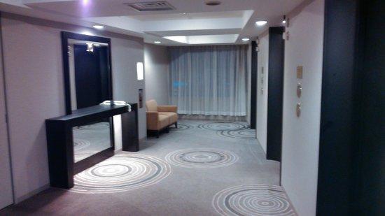 ANA Crowne Plaza Hotel Kanazawa: Холл в районе лифтов