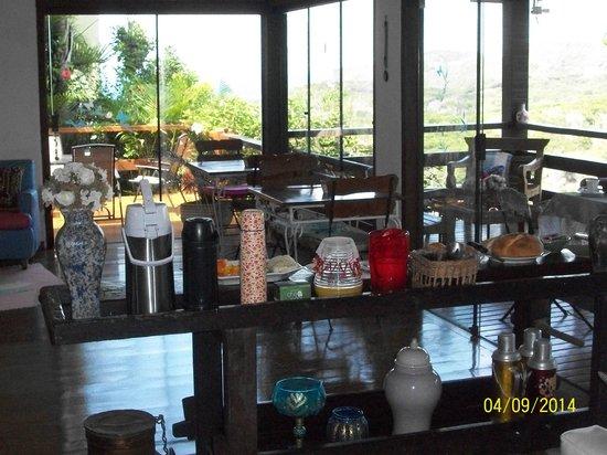 Pousada Boutique Bella Nina : Sala de estar, con todo para desayunar...