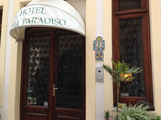 Hotel Villa Paradiso: ホテルの入口