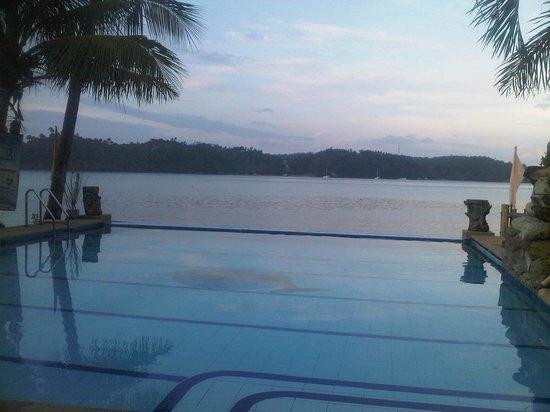 Puerto Nirvana Beach Resort : Puerto Nirvana Infinity pool by the beach