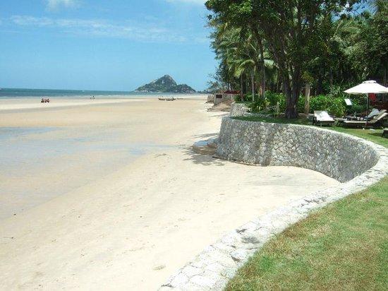 Hyatt Regency Hua Hin: The perfect beach walk.
