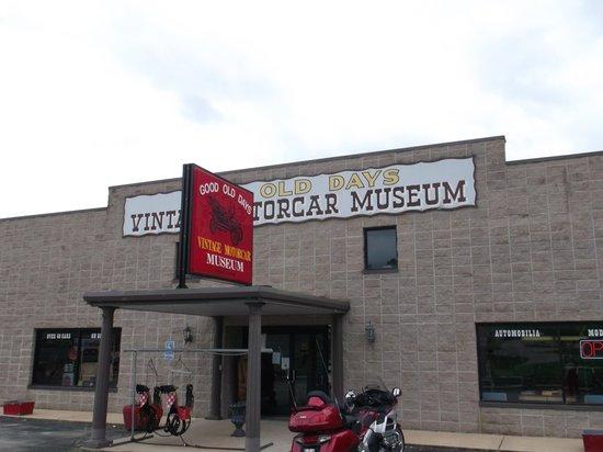 Days Inn Hardy: Automobile museum.