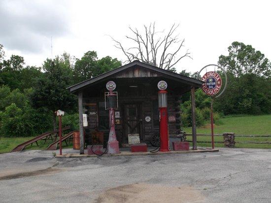 Days Inn Hardy: Next to the autobobile museum.