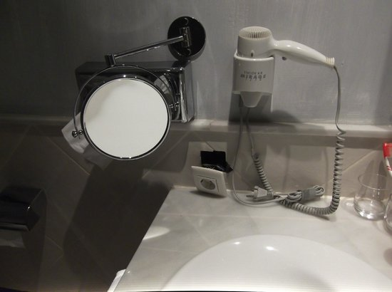 Hotel The Volcan : salle de bain ... dangereuse.