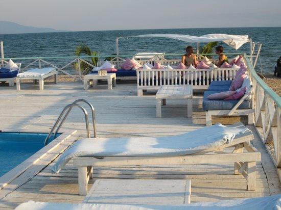 Bora Bora beach club : Piscine et transats