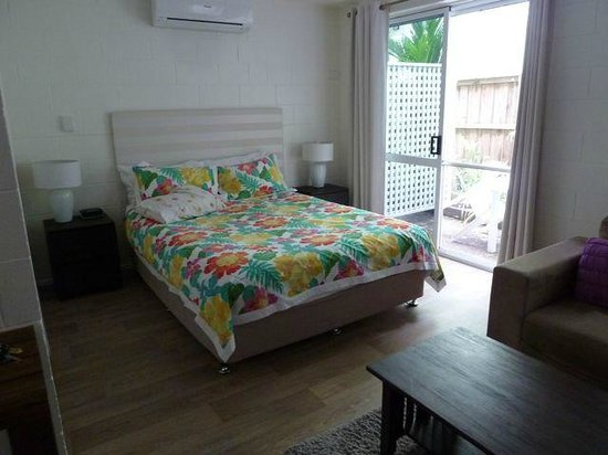 Port Douglas Motel : Bedroom with small verandah