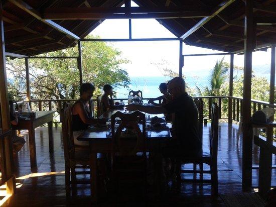 Casa Horizontes Corcovado : Nuestros apreciables huespedes almorzando.