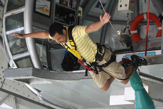 Auckland Bridge Bungy - AJ Hackett Bungy : Jumping from the pod