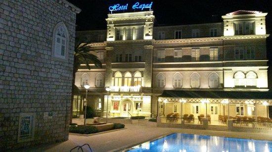 Hotel Lapad : Front av hotellet