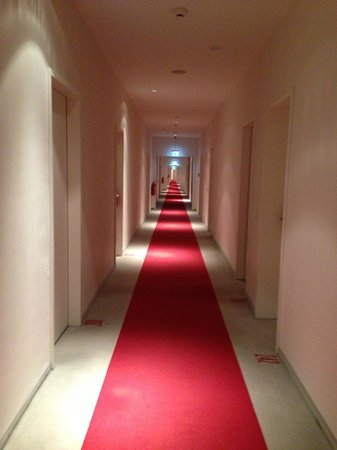 Ellington Hotel Berlin: Pasillo siniestro e interminable para llegar a la habitación
